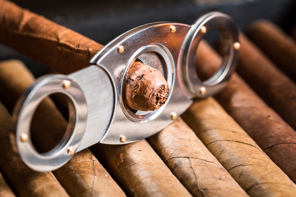how to clip a cigar